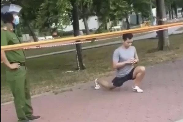 Thanh niên tập thể dục ở công viên không chấp hành khi lực lượng chức năng yêu cầu kiểm tra. Ảnh cắt từ clip.