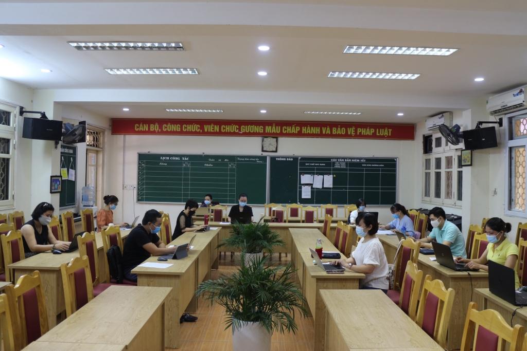 Các thầy cô trường THCS Thành Công đang chạy thử nghiệm tuyển sinh trực tuyến