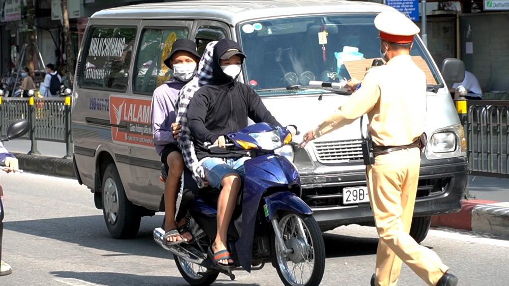 Tăng cường xử phạt thanh thiếu niên không đội mũ bảo hiểm đi xe máy