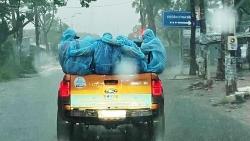 Đội phun khử khuẩn ôm lấy nhau giữa cơn mưa trắng trời ở Sài Gòn