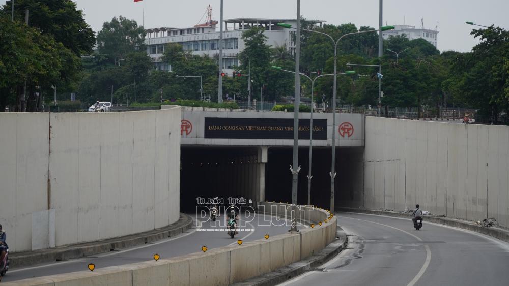 Lực lượng Cảnh sát giao thông phối hợp Thanh tra Giao thông Vận tải tổ chức phân luồng bảo đảm an toàn giao thông khu vực lối xuống hầm