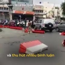 Người đàn ông nghi ngáo đá phá dỡ thanh chắn bùng binh, gây náo loạn giữa TP HCM