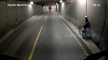 Chạy vào đường hầm, xe đạp suýt bị ôtô phía sau tông trúng
