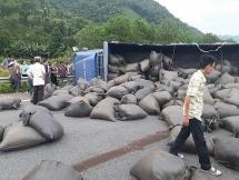 Xe tải lật ngang, cao tốc Hà Nội - Lào Cai ùn tắc kéo dài