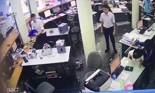 Camera ghi hình thanh niên cầm kiếm cướp ngân hàng ở Lào Cai