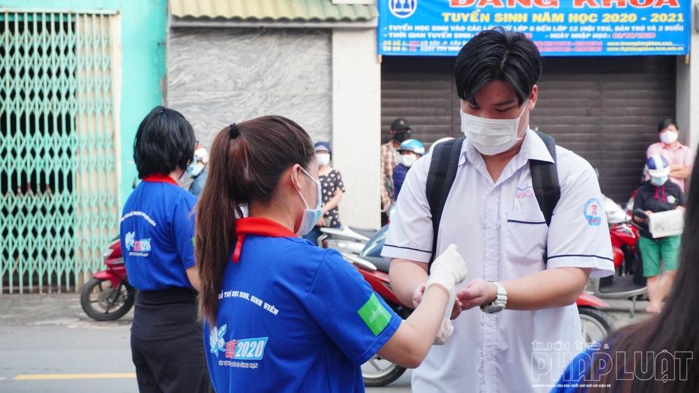 Áo xanh tình nguyện ngoài cổng trường giữa mùa Covid-19