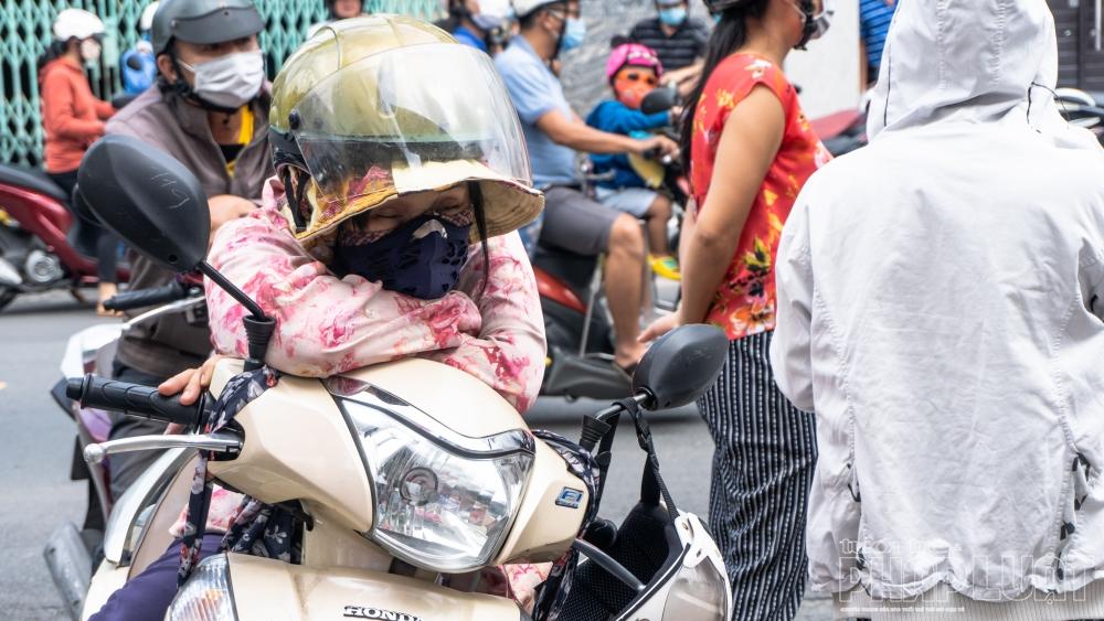 """TP Hồ Chí Minh: Phụ huynh mòn mỏi ngóng trông sĩ tử vượt """"vũ môn"""""""