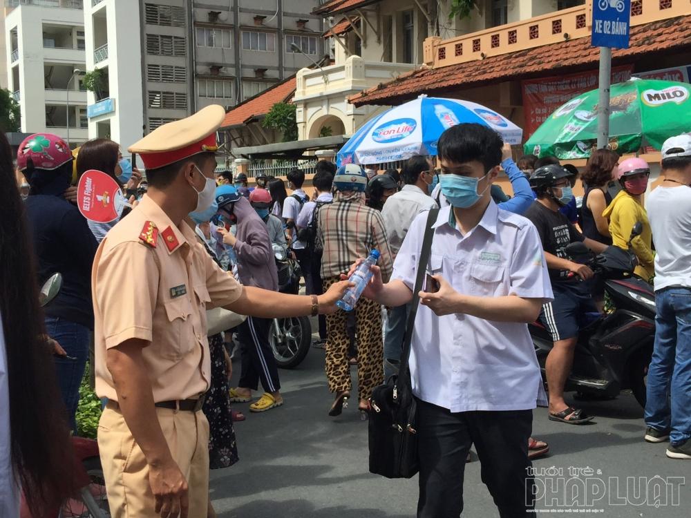 """Phòng CSGT Công an TP HCM đồng hành cùng sĩ tử vượt """"vũ môn"""""""