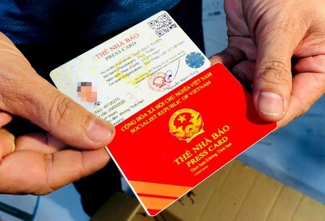 Công an đột kích xưởng làm giả sổ đỏ, thẻ nhà báo