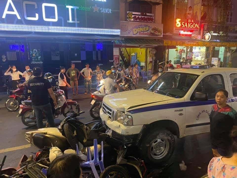 Xe công an lao vào nhiều người đi đường ở phố Bùi Viện