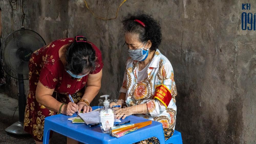 Bà Nguyễn Thị Hà (Bên phải, Phó Tổ trưởng Tổ dân phố 14) hỗ trợ gia đình a Chiến gửi tới bà con những phần quà thiết thực ngày dịch bệnh