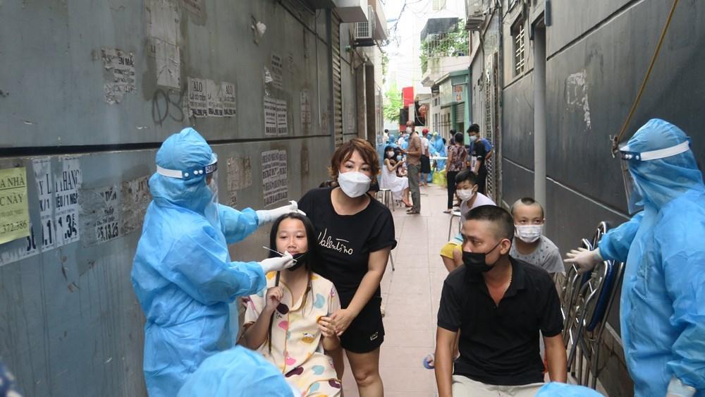 Lực lượng y tế nhanh chóng lấy mẫu xét nghiệm, khoanh vùng khu vực có ca nhiễm