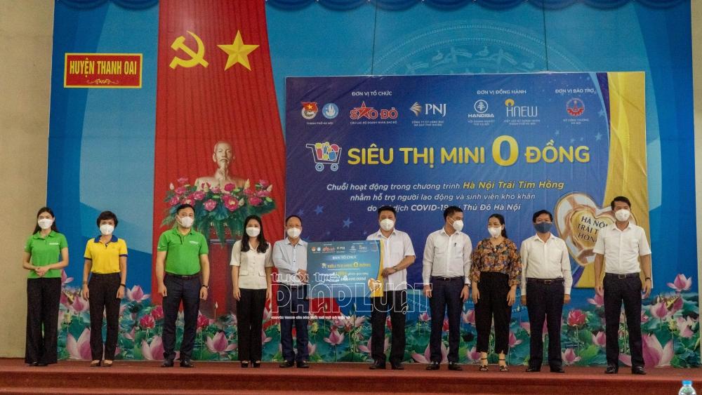 Hơn 1.000 phiếu mua hàng được trao cho chính quyền địa phương để hỗ trợ hơn 1.000 người dân có hoàn cảnh khó khăn tại huyện Thanh Oai