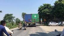 Xe đầu kéo chở 2 container chạy nghênh ngang trên đường