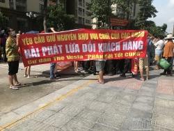 Cư dân căng băng rôn phản đối Hải Phát Invest phá sân chơi xây bãi xe tại The Vesta