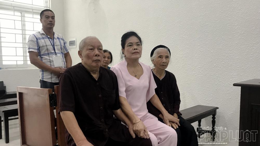 cụ Đỗ Văn Hợp và vợ là Nguyễn Thị An (cùng 88 tuổi) và một số người thân đến dự khán