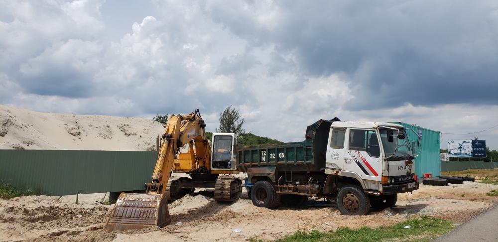 UBND xã Bình Châu đã ban hành Quyết định 285/QĐ – TGTVPT về việc tạm giữ tang vật, phương tiện vi phạm hành chính, giấy phép, chứng chỉ hành nghề của Công ty Việt Khôi Hưng gồm: 1 xe ô tô tải ben BS 72C – 167.79; 01 xe cuốc để phục vụ công tác xử lý