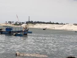 Công ty Việt Khôi Hưng bị xử phạt vì lợi dụng việc nạo vét cảng cá, khai thác cát trái phép?