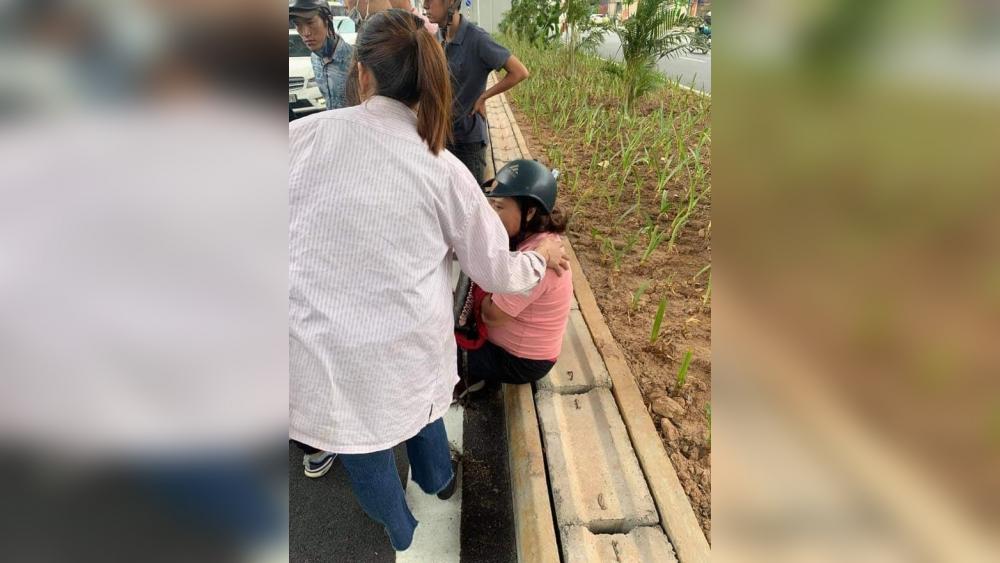 Thanh niên đập phá xe máy, đuổi đánh người can ngăn trên phố Hà Nội