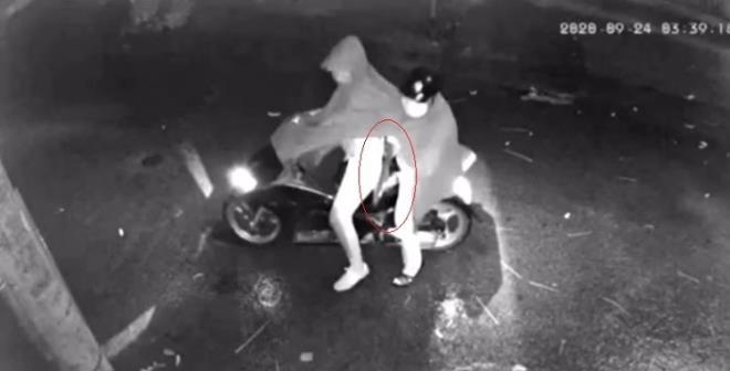 Hai kẻ lạ mặt dừng xe, rút một vật nghi là súng tự chế hướng về nhà dân, sau đó là tiếng nổ rất lớn.