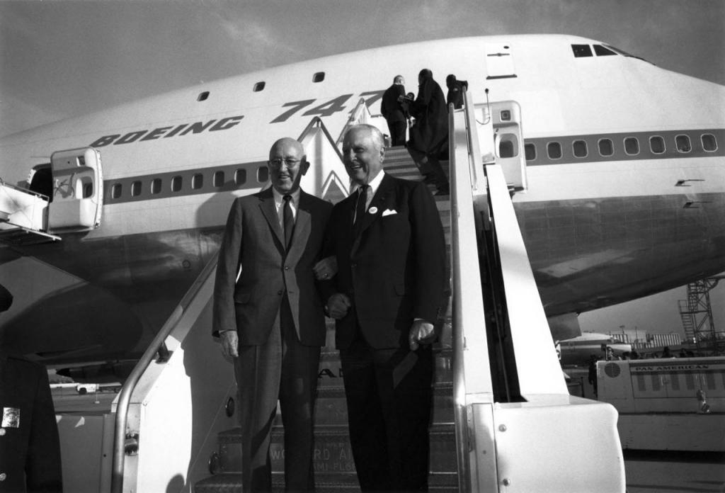 Chủ tịch Boeing Bill Allen (trái)  và Nhà sáng lập Pan Am Juan Trippe (phải)