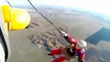 Dù không bung, nhân viên cứu hộ rơi tự do từ trực thăng xuống đất