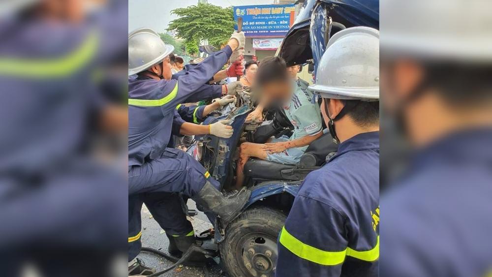 Cảnh sát cưa cabin cứu tài xế mắc kẹt bên trong xe ô tô tải