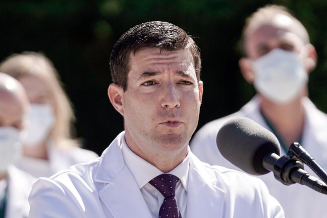 New York Times: Ông Trump đã phải thở oxy trước khi đến Walter Reed