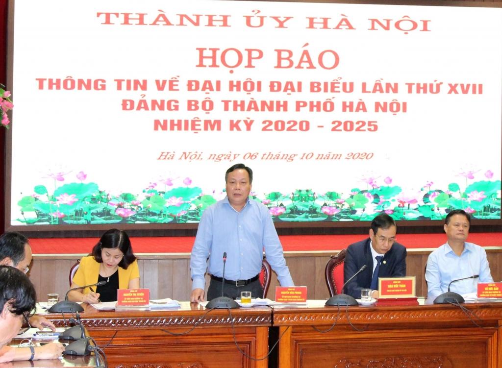 Trưởng ban Tuyên giáo Thành ủy Nguyễn Văn Phong thông tin tại buổi họp báo