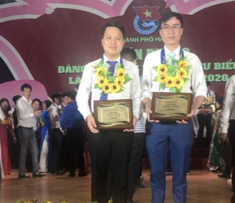 Anh Nguyễn Mạnh Dương (bên trái) tại lễ tuyên dương Đảng viên trẻ Thủ đô tiêu biểu