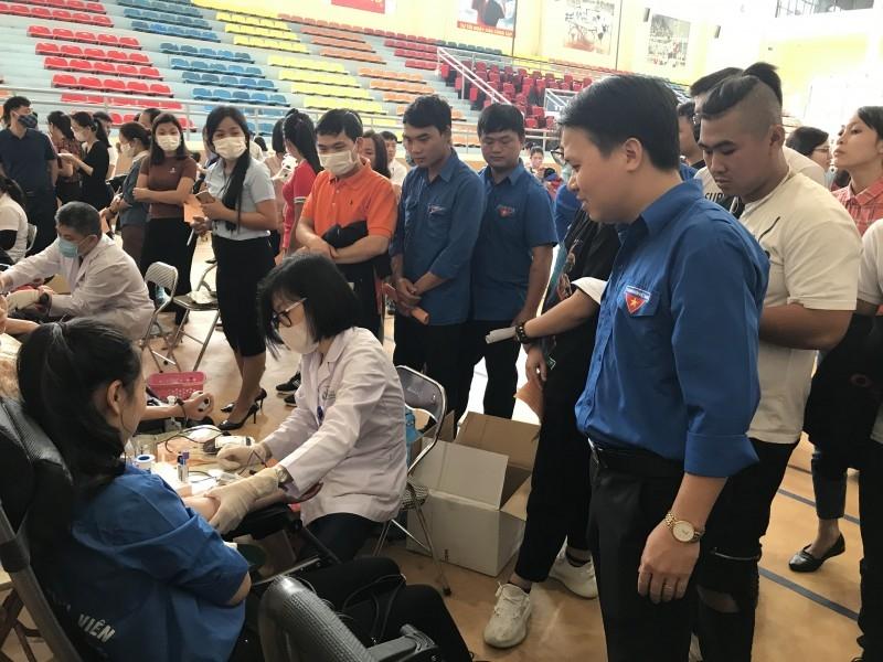 Anh Nguyễn Mạnh Dương thăm, động viên thanh niên hiến máu tình nguyện