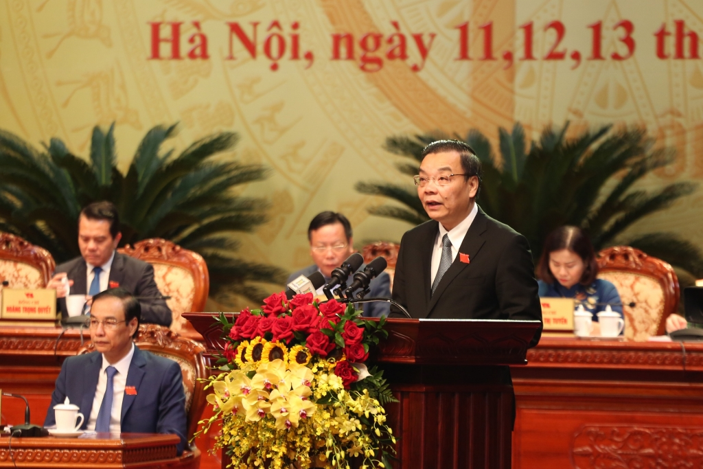 Chủ tịch UBND thành phố Hà Nội Chu Ngọc Anh báo cáo kết quả Hội nghị lần thứ nhất Ban Chấp hành Đảng bộ thành phố Hà Nội khóa XVII.