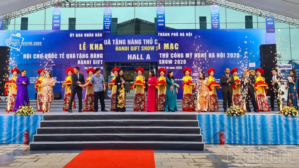 Các đại biểu cắt băng khai mạc Hội chợ Quốc tế quà tặng hàng thủ công mỹ nghệ Hà Nội (Hanoi Gift Show) lần thứ 9, năm 2020