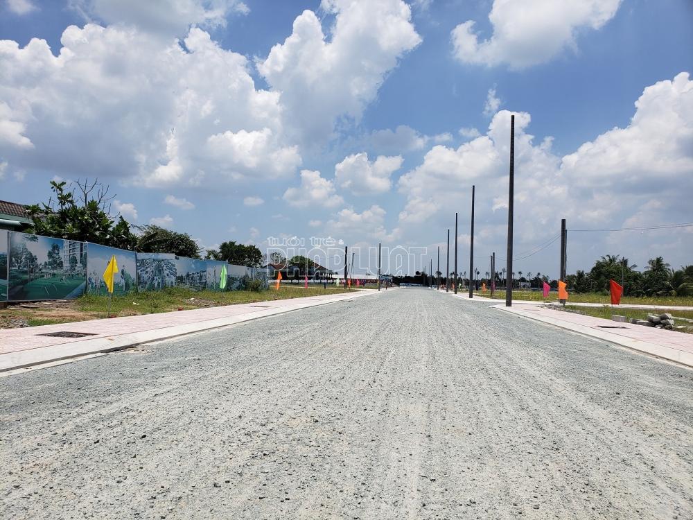 Hiện dự án Tây Nam Center đã hình thành một số tuyến đường xương cá bên trong dự án đã được rải đá, bó vỉa hẻ, dựng trụ điện,…