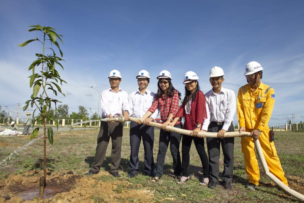 chung tay trồng cây phủ xanh công trình khí và vùng dân cư