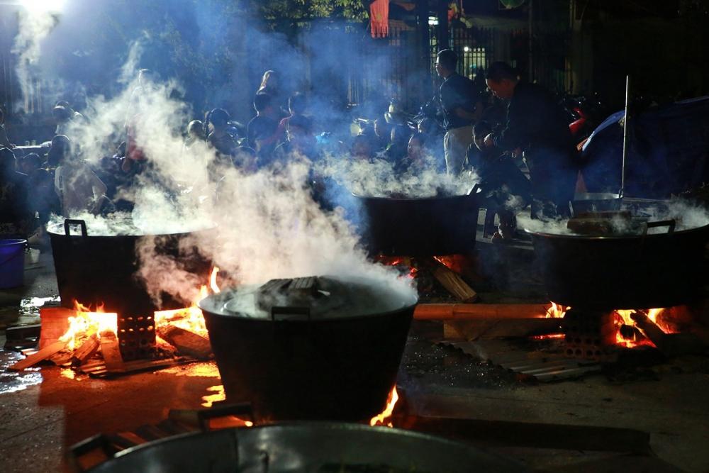 Người dân Hà Nội trắng đêm nấu bánh chưng gửi đồng bào miền Trung