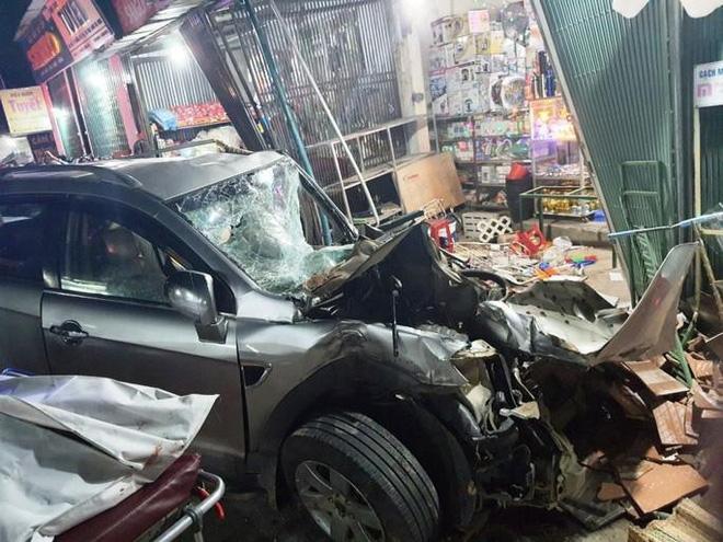 Khoảnh khắc xe tải mất lái, tông hàng loạt ô tô, lao vào 4 nhà dân