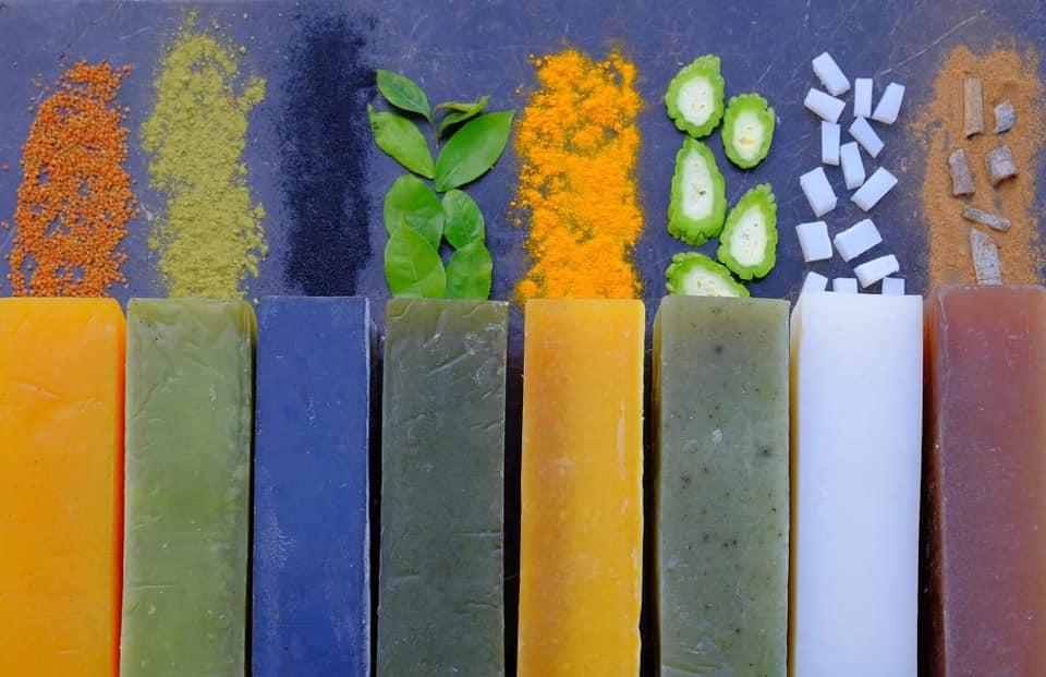 Ngoài chức năng làm sạch và chăm sóc da hiệu quả, một trong những ưu điểm của xà bông Sinh Dược là chức năng diệt khuẩn đến từ tinh dầu thiên nhiên
