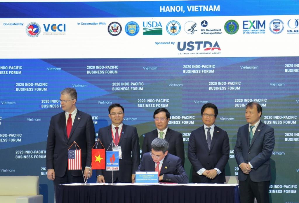 """TGĐ PV GAS thực hiện ký kết trực tuyến  """"Thoả thuận các điều khoản chính của Hợp đồng liên doanh dự án kho cảng LNG Sơn Mỹ"""""""