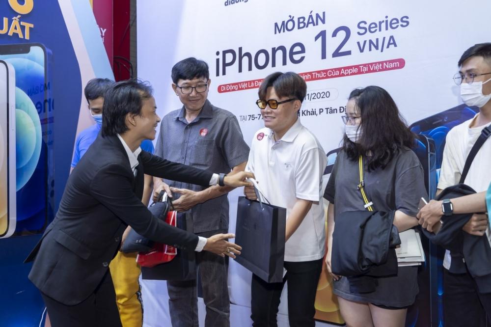 Nhiều người xếp hàng mua iPhone ngay trong đêm iphone 12 lên kệ tại Việt Nam