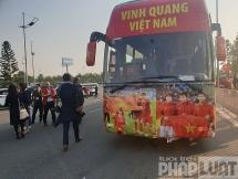 Xe đón 2 đội tuyển bóng đá xuất hiện tại sân bay Quốc tế Nội bài