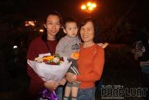 Gia đình tiền vệ Hoàng Đức mang hoa đến Nội Bài từ sớm