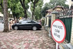 CSGT dán thông báo phạt nguội lên xe vi phạm