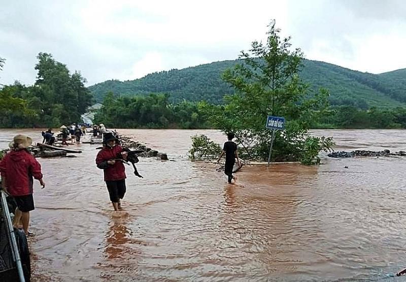 Mưa lớn khiến nhiều bản làn trên toàn tỉnh Quảng Bình bị cô lập.