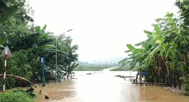Đường vào xã Xuân Hóa (MInh Hóa, Quảng Bình) bị lũ chia cắt.