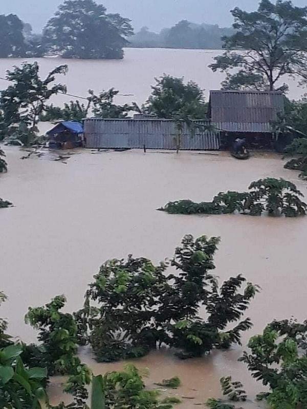 Nhiều bản làng của xã trường Sơn, huyện Quảng Ninh (Quảng Bình) ngập sâu trong nước lũ.