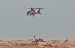 Trực thăng và đặc công nước cứu được 9 người mắc kẹt trên tàu Vietship 01 ở Quảng Trị