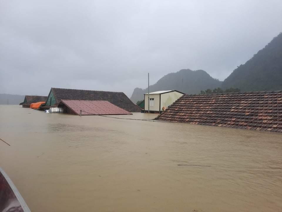 Quảng Bình chìm trong biển nước, hơn 40.000 ngôi nhà ngập sâu trong lũ