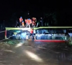 Quảng Bình: Thót tim giải cứu xe khách chở 18 người bị lũ cuốn trong đêm