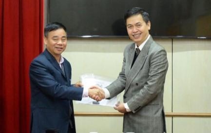 Ông Nguyễn Văn Công - Giám đốc Khu di tích Phủ Chủ tịch cùng đại diện Cục Văn thư và Lưu trữ Nhà nước